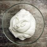 Vanillekipferl-Parfait auf Marillenkompott an Prosecco-Sabayon